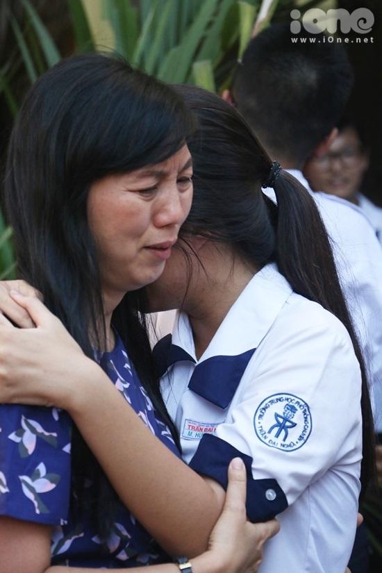 <p> Cô trò ôm nhau khóc nức nở trong giây phút nói lời chia xa.</p>
