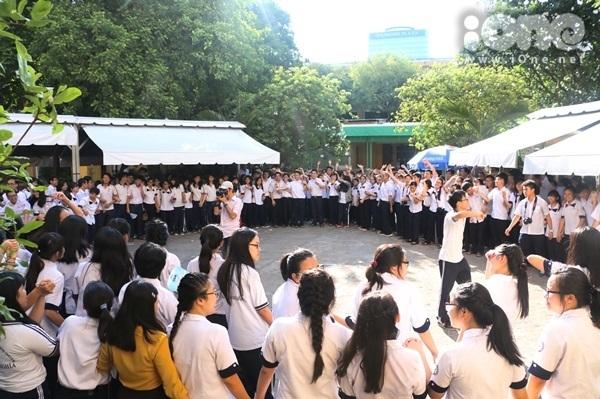 """<p> Chiều 14/5, teen 12 chuyên Trần Đại Nghĩa TP HCM tổ chức hoạt động 'Vòng tròn yêu thương' để tri ân thầy cô giáo trước khi chính thức ra trường. Đây là một hoạt động nằm trong dự án """"Tóc hoài xanh"""" của các bạn ấy.</p>"""