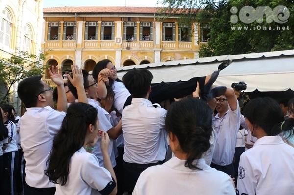 """<p> Bạn bè đứng lại bên nhau thể hiện sự """"nhất quỷ nhì ma"""" lần cuối, ghi dấu ấn đời học sinh.</p>"""