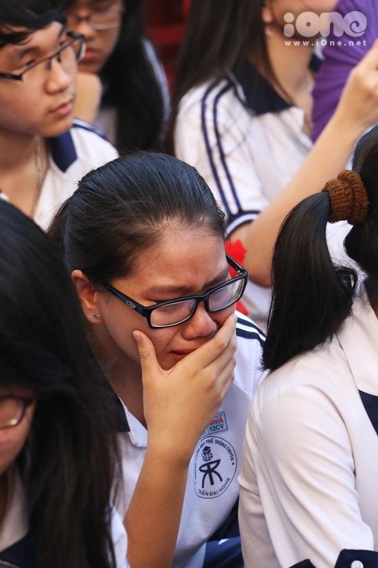 <p> Khi những lời tâm sự của học trò nói về ơn giáo dục của thầy cô được đọc lên, nhiều nữ sinh đã không cầm được giọt nước mắt vì xúc động.</p>