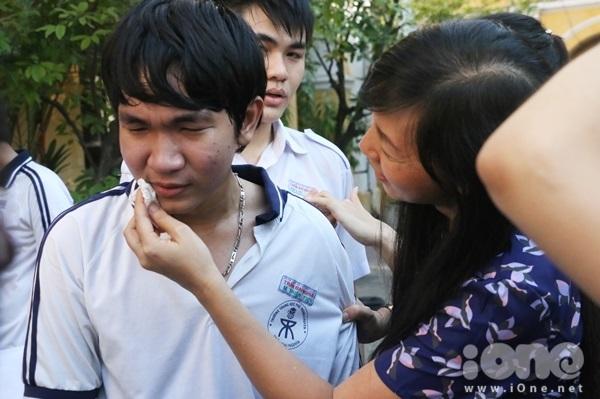 <p> Vì quá xúc động nên anh chàng này bật khóc như mưa và được cô giáo an ủi, lau nước mắt vương trên má.</p>