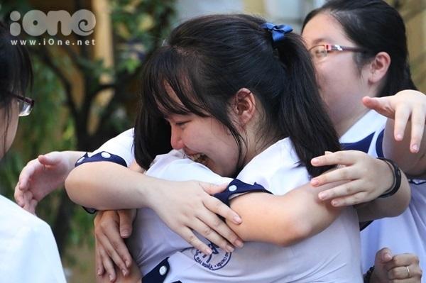 <p> Bạn bè gửi trao nhau những vòng tay thân thương của tình bạn. Chia tay nhau rồi ngày mai sẽ gặp lại trên đường đời nhiều thành công hơn.</p>
