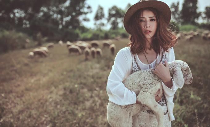"""<p class=""""Normal""""> Giữa khung cảnh thiên nhiên bao la, Chi Pu trông như một cô nàng du mục xinh đẹp, cá tính.</p>"""