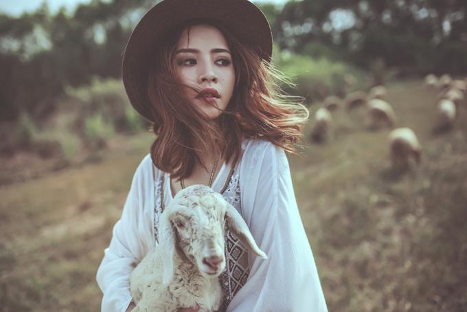 """<p class=""""Normal""""> Chi Pu<span>cho biết cô cùng ê-kip đã lặn lội xuống Biên Hòa để thực hiện bộ ảnh. Nữ diễn viên không ngại vất vả tạo dáng trên cánh đồng cỏ giữa trời nắng gắt với """"bạn diễn"""" là các chú cừu dễ thương.</span></p>"""