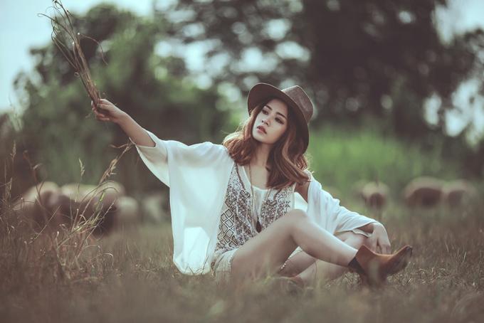 Chi Pu làm cô nàng du mục xinh đẹp giữa đồng hoang