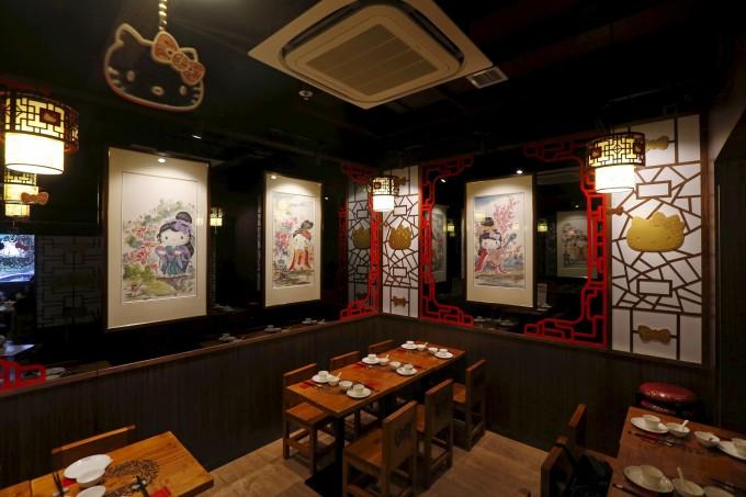 <p> Quán ăn mới mở ở Hồng Kông ngập tràn hình Kitty ở khắp mọi nơi. Mèo Kitty dịu dàng biến hóa như những cung nữ thời xưa trên các bức tranh treo tường.</p>