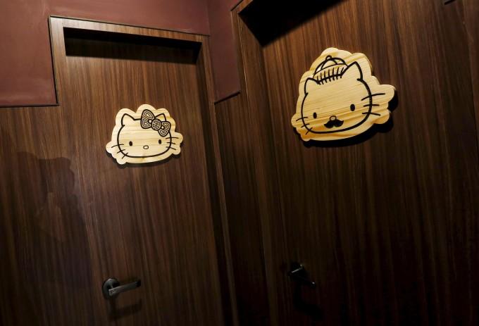 <p> Nhà vệ sinh cũng có icon hình Kitty siêu yêu thế này nữa cơ.</p>