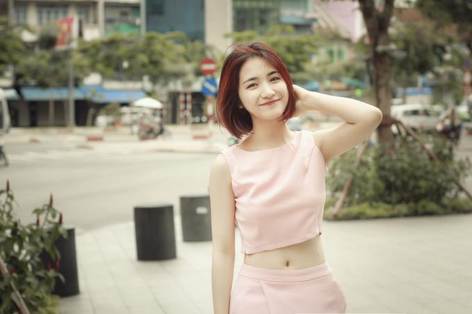 Hòa Minzy diện croptop khoe eo thon, hình xăm 'khủng'