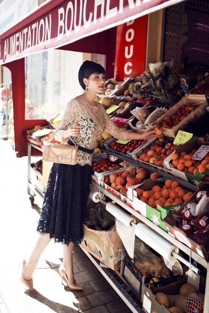 <p> Trong chuyến công tác nước Pháp tham dự LHP Cannes, Lý Nhã Kỳ tranh thủ ghi lại những hình ảnh đẹp trên đường phố Paris. Cô tái hiện lại một buổi sáng tinh khôi của những nàng tiểu thư châu Âu.</p>