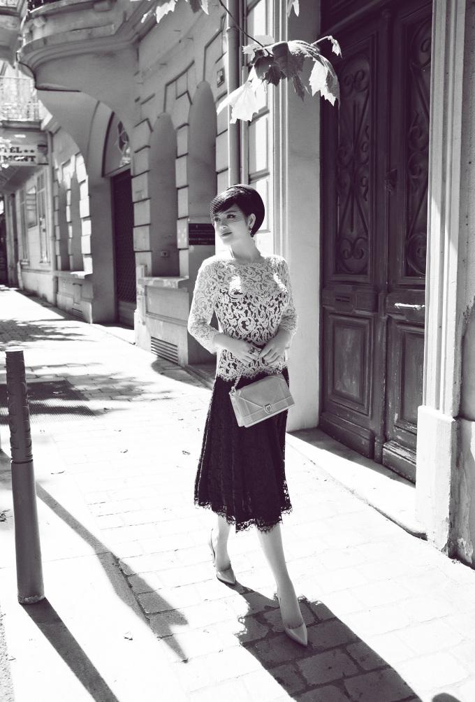 <p> Những bộ váy ren nữ tính đặc biệt được cựu Đại sứ du lịch tin tưởng trong chuyến công tác Pháp lần này. Sau hàng loạt trang phục được khen ngợi tại Cannes, Lý Nhã Kỳ tiếp tục diện váycủa thương hiệu Tadashi Shoji.</p>