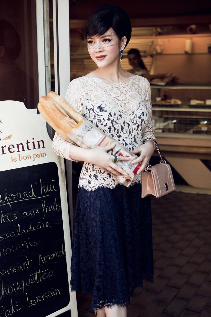 <p> Diện trang phục tiền tỷ, Lý Nhã Kỳ thong thả đi mua bánh mì, đọc báo, hưởng thụ một buổi sáng yên bình trên nước Pháp.</p>
