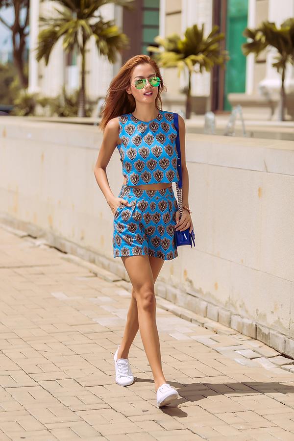 <p> Với các kiểu croptop, quần rời, giày bata là một lựa chọn hoàn hảo cho ngày xuống phố thật năng động.</p>