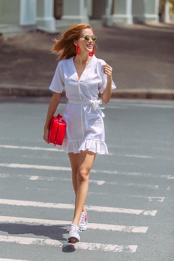 <p> Bí quyết để váy điệu đi với giày thể thao thật chuẩn đó là những chiếc váy kiểu dáng tối giản, ngắn trên gối.</p>
