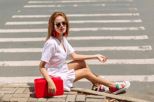 <p> Chân dài chọn phụ kiện màu nổi để những chiếc váy nổi bật hơn.</p>