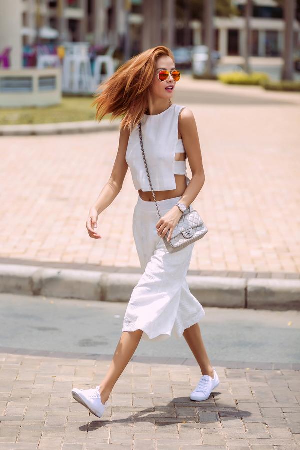 Phối giày thể thao với váy điệu tuyệt xinh xuống phố