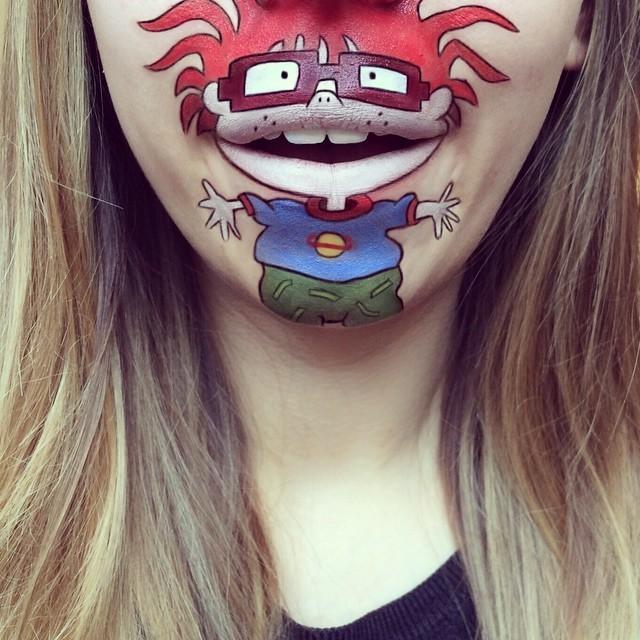 Cô gái vẽ nhân vật hoạt hình trên môi siêu sống động