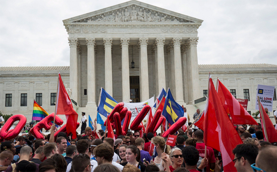 <p> Hôm qua 26/6,hàng nghìn người LBGT đã có mặt trước Tòa án tối cao Mỹ hồi hộp chờ đợi quyết định chính phủ có thông qua luật hôn nhân đồng giới hay không.</p>