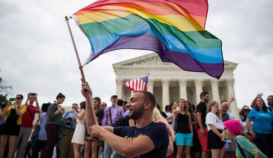 <p> Lá cờ lục sắc đại diện cho cộng đồng LBGT tung bay khắp nơi trên nước Mỹ hôm qua. Trang Facebook của Nhà Trắng, một loạt trang báo lớn như Buzzfeed, Huffingtonpost... cũng đã thay đổi avatar với nền lá cờ màu cầu vồng để chào mừng sự kiện này.</p>