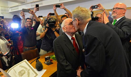 <p> Sau 54 năm bên nhau, hai cụGeogre Harris, 82 tuổi (bên trái) và Jack Evans (85 tuổi) cuối cùng đã có thể kết hôn hợp pháp. Hai cụ đã hoàn tất các thủ tục hôn nhân vào ngày hôm qua tại Dallas.</p>