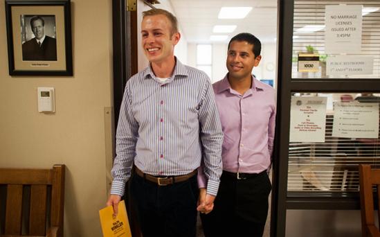 <p> Anh Ethan Fletcher (trái) và Andrew Hickam nắm tay nhau sau khi nhận được giấy phép hôn nhân của họ tại Tòa án Hamilton County ở Cincinnati, Ohio ngay sau khi luật được thông qua.</p>
