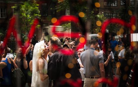 <p> Carlotta Gurl (trái) hôn bạn đời Tree ngọt ngào bên ngoài quán bar nơi họ làm việc</p>
