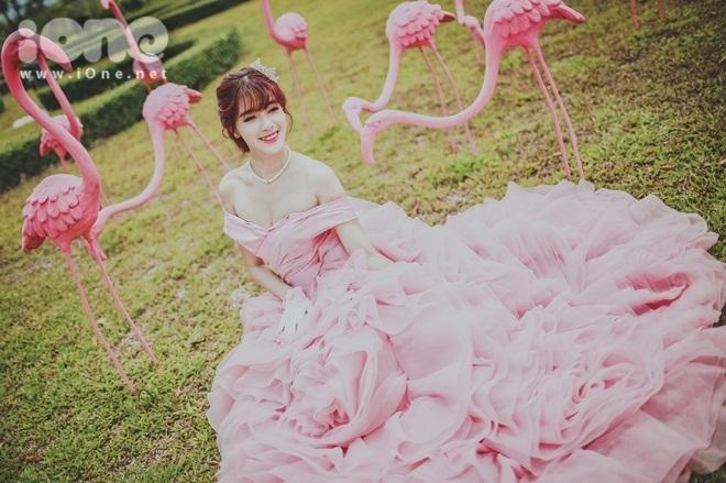 <p> Vẻ xinh đẹp, rạng ngời của cô dâu hot girl Hà Min trong chiếc váy hồng cánh sen cầu kì.</p>