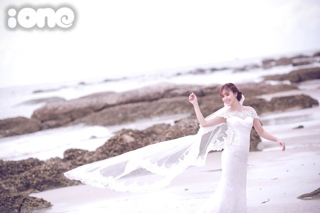 """<p class=""""Normal""""> Lúc chụpảnhở biển Hua Hin Thái Lan, ê kip gặp phải trời mưa nhưng vẫn make up đẹp với lý do nếu lỡ chụpảnh cưới không được thì sẽ selfie để vớt vát.</p>"""