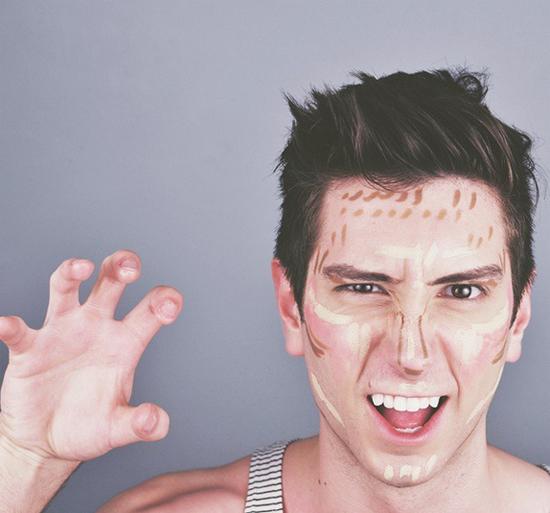 """<p> 7. Anh chàng điển trai này là Colin Jay. Anh ấy không những có khuôn mặt khiến nhiều nàng """"chết đứ đừ"""" mà còn biết cách để nâng tầm vẻ đẹp sẵn có của mình bằng tài make up tài tình.</p>"""