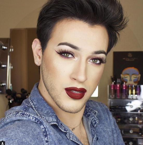 """<p> 2. Manny Guttierez (có tài khoản Instagram làmannymua733) có khuôn mặt đẹp không tì vết sau khi trát son phấn. ^^ Trang cá nhân của """"người đàn ông hoàn hảo"""" này có tới 683.000 người follow.</p>"""