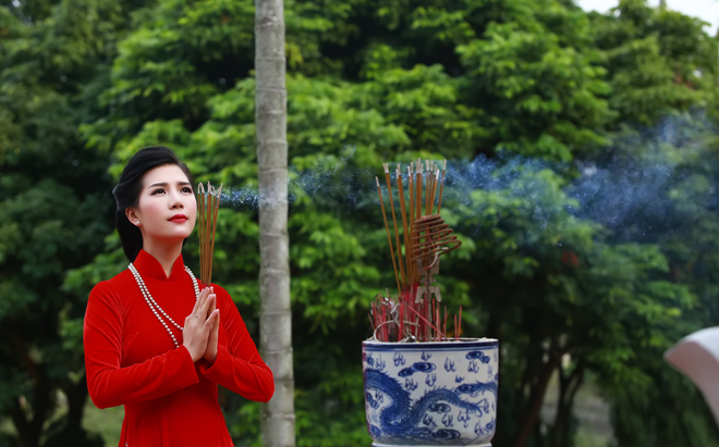 MC Nhã Uyên đẹp dịu dàng với áo dài truyền thống