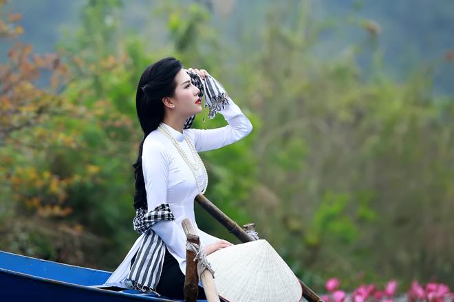 <p> Bộ ảnh áo dài đơn giản nhưng tinh tế giúp nữ MC trẻ khoe được nhan sắc ngọt ngào.</p>