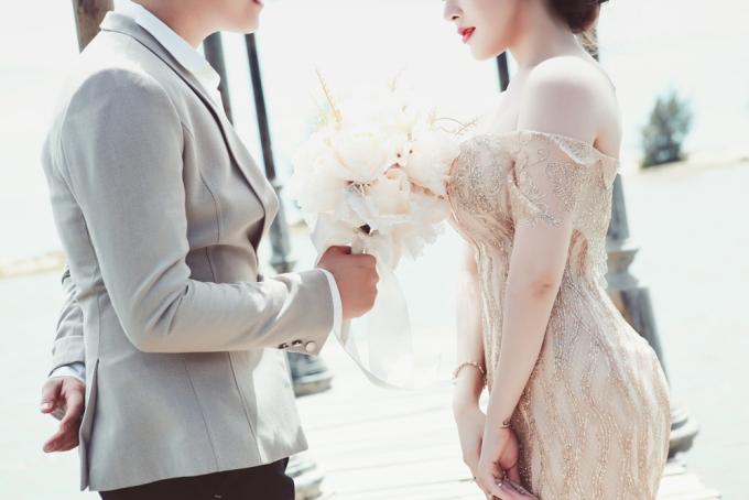 <p> Sau đó, chàng trai bước ra cùng một người chơi đàn vĩ cầm, trên tay cầm một đóa hoa và ngỏ lời cầu hôn trong sự bất ngờ của người bạn gái.</p>