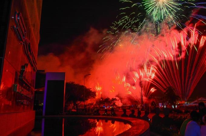 Pháo hoa lung linh trong đêm trên bầu trời Đà Nẵng