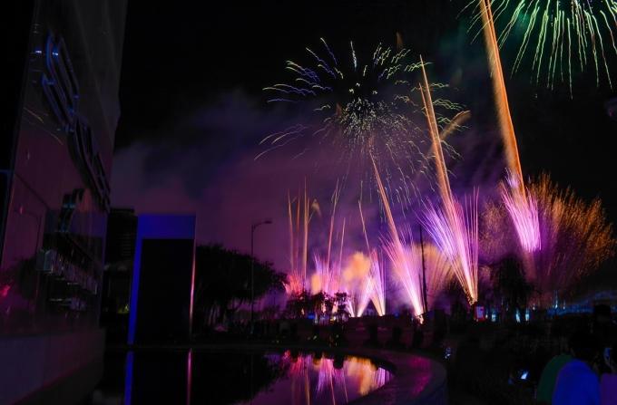 <p> Những màn pháo hoa lung linh được bắn lên bầu trời trong tiếng reo hò của người dân và khách du lịch.</p>