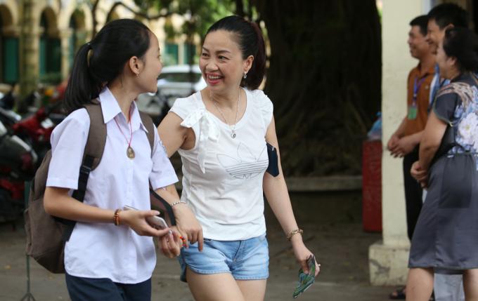 <p> Cảm xúc vỡ oà và niêm vui hiện trên khuôn mặt của một bà mẹ tại điểm trường Việt Đức.</p>