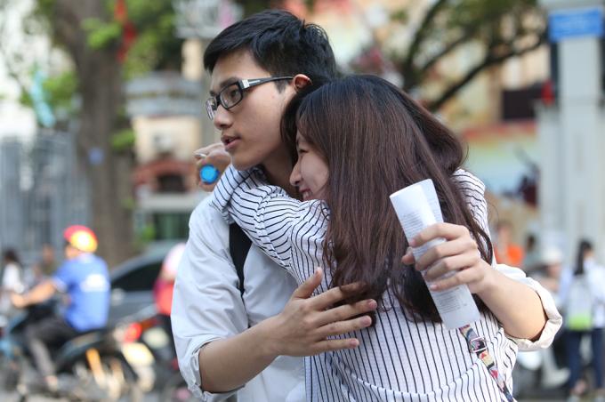 <p> Chị gái vỡ oà cảm xúc khi em trai thông báo kết quả làm bài tại điểm trường Trần Phú.</p>