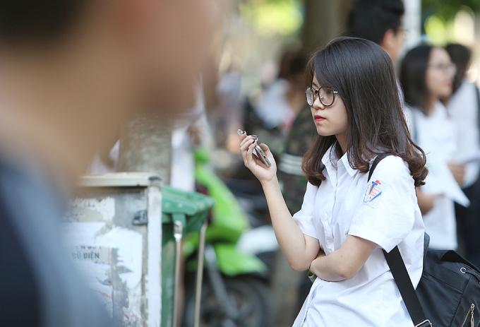 <p> Nữ sinh đứng chờ người nhà tại cổng trường Trần Phú sau môn thi Toán (chiều 9/6).</p>