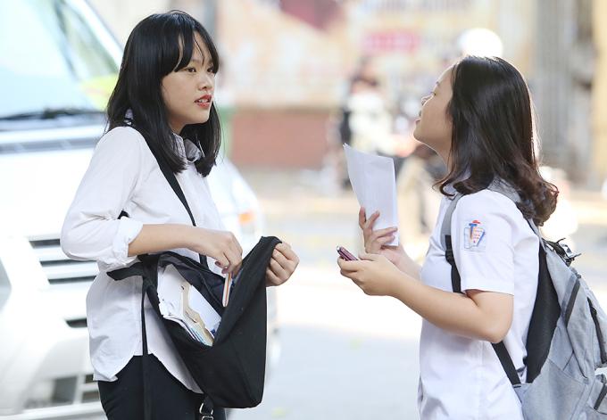 <p> Thí sinh đứng trao đổi sang môn thi Toán chiều 9/6 tại trường Trần Phú</p>
