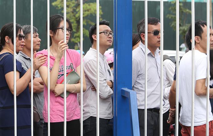 <p> Các bậc phụ huynh đứng sau chiếc cổng sắt ngóng vào bên trong trường Ams thời điểm 10h sáng ngày 10/6.</p>