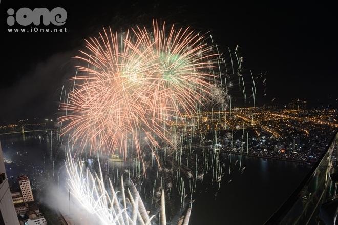 <p> Tối 24/6, Chung kết Lễ hội pháo hoa quốc tế Đà Nẵng diễn ra thu hút sự quan tâm của người dân và khách du lịch. Ba đội xuất sắc nhất vòng loại là Anh - Australia, Italia cùng đọ sức để tìm ra đội chiến thắng.</p>