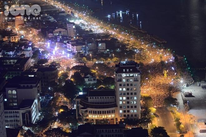 Biển người chen chúc xem trình diễn pháo hoa ở Đà Nẵng