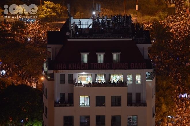 <p> Có nhiều cách để xem trọn màn pháo hoa. Nhiều du khách leo ra ban công, sân thượng của khách sạn để thưởng thức.</p>