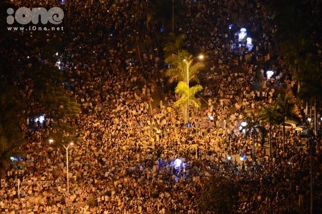 """<p> Từ sớm, hàng nghìn người đã đổ về khu vực trung tâm Đà Nẵng để """"giành chỗ"""" xem pháo hoa đẹp nhất. Từ trên cao nhìn xuống có thể nhận ra cảnh tượng """"biển người"""" chen chúc chờ khai hội.</p>"""