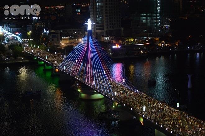 <p> Người dân chen chúc trên cây cầu nổi tiếng của Đà Nẵng. Đây là địa điểm xem pháo hoa lý tưởng được nhiều người lựa chọn.</p>