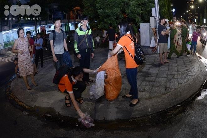 <p> Hàng chục bạn trẻ từ trường ĐH Kỹ thuật Y Dược Đà Nẵng tình nguyện thu gom rác sau khi kết thúc chương trình.</p>