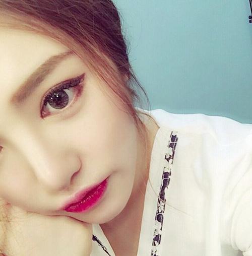 baek-hyun-gay-sot-voi-loi-trang-diem-sexy-hon-con-gai-4