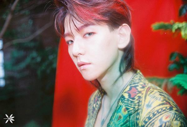 baek-hyun-gay-sot-voi-loi-trang-diem-sexy-hon-con-gai