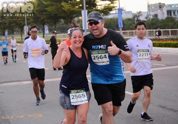 thieu-nu-da-nang-xuong-duong-thi-chay-marathon-5