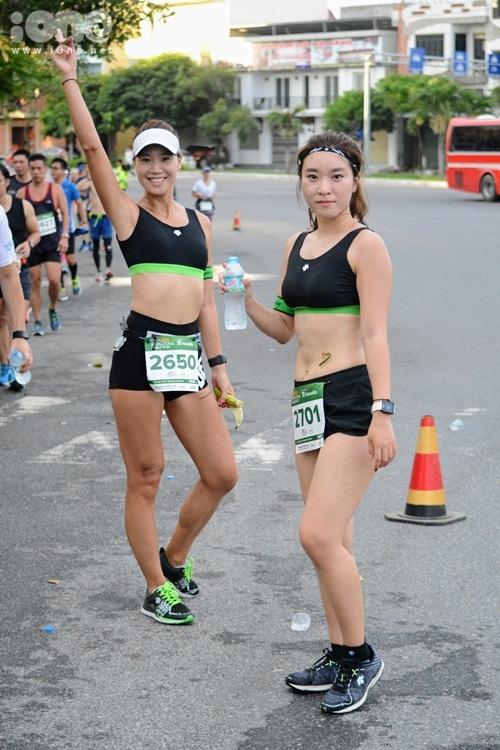 thieu-nu-da-nang-xuong-duong-thi-chay-marathon-2