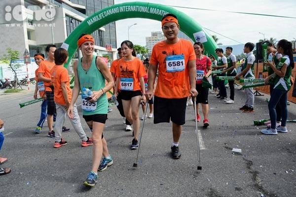 thieu-nu-da-nang-xuong-duong-thi-chay-marathon-8